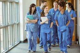 studenci medycyny spotykają się połączyć się z czyjąś definicją